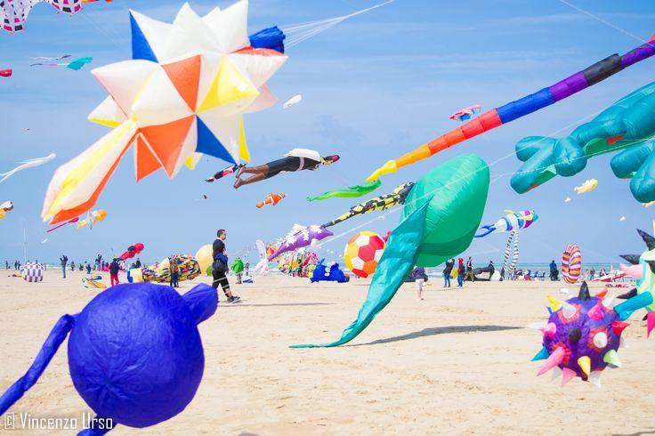 Evento di aquiloni sulla spiaggia.