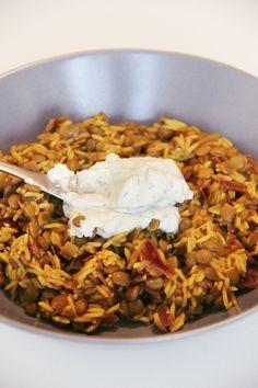 Prenez des lentilles, du riz, de l'huile d'olive et des oignons, et vous pourrez obtenir l'un des plats les plus emblématiques de la cuisine du Moyen-Orient. Le mujjadara, mjadra dans le nord du Liban, ou encore mdardra dans la région de Beyrouth, est la recette ultime du placard là-bas... Il y a littéralement des dizaines…