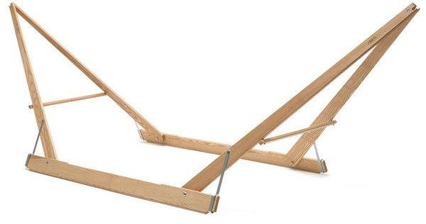 Klappbarer Hängemattenständer Eschenholz  Gemaakt van: hout en touw.  Stevig door: de vorm  Hij moet nog wel veranderd worden omdat en geen hout is om over te lopen.