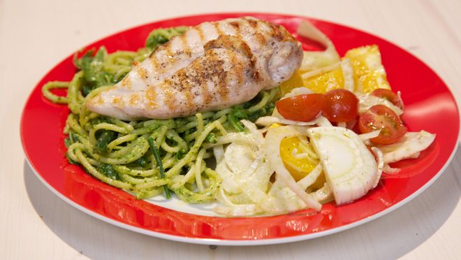 Spaghetti met kipfilet en hazelnoten-rucolapesto - recept | 24Kitchen