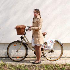 Belle femme du 80 sort avec son vélo customisé sur www.velocustom.eu