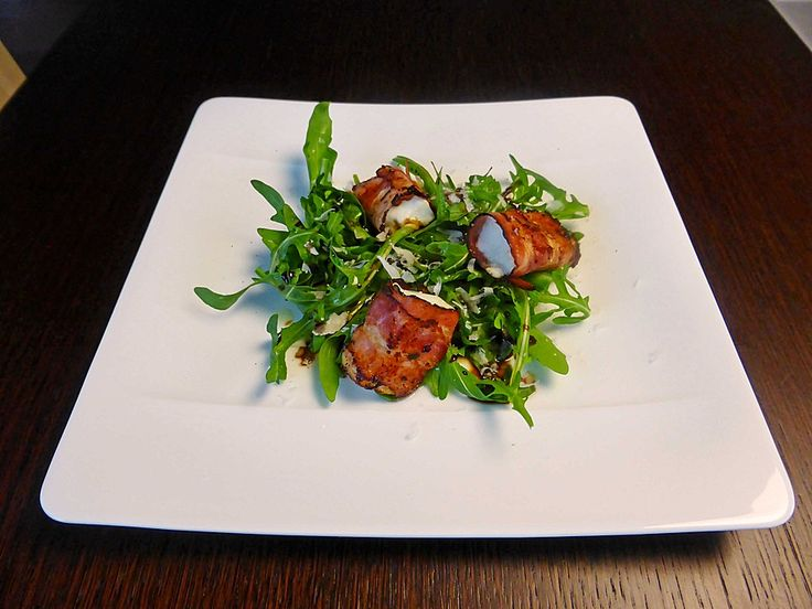 Gebratener Schafkäse im Speckmantel auf Rucola-Parmesan-Salat 1