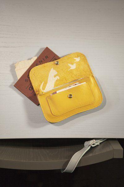 Volgens vrienden van Keecie de ideale portemonnee:* voorop een klein vakje voor pasjes die je vaak nodig hebt* ritsvak voor kleingeld* twee kleine vakjes voor pasjes of visitekaartjes* en twee vakjes voor je briefgeld of bonnen(in het achterste vakje past een iPhone).* drukknoop om portemonnee te sluiten. Betalen was nog nooit zo overzichtelijk.  #keecie #wallet #leather #cats #catlovers