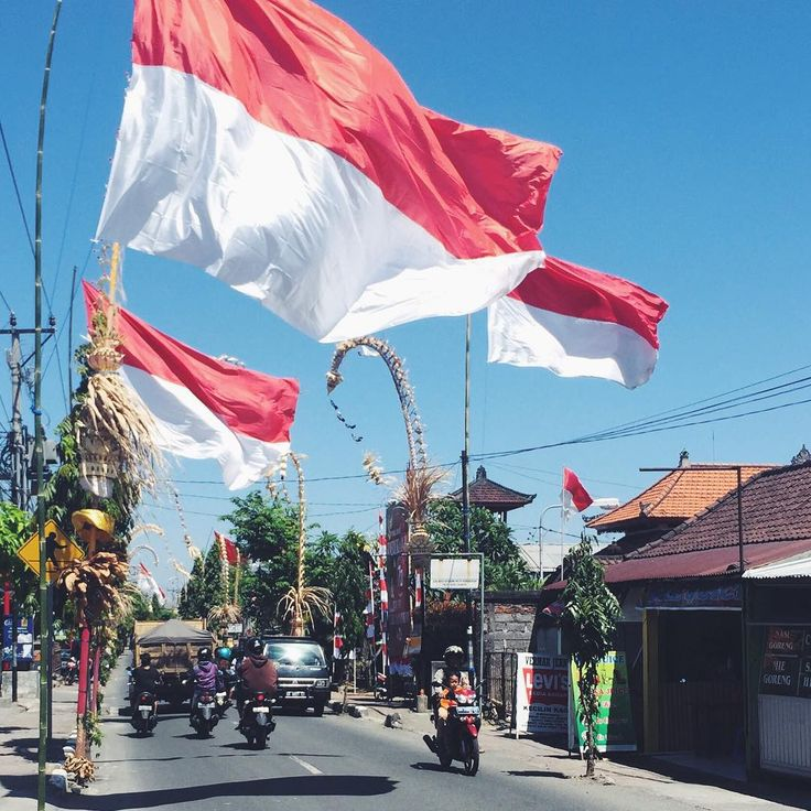 Preparation for the Indonesien Independence Day >>> August 17th  #bali #indonesia #flag #independence #thisisbali #street #balistreet #kerobokan #photooftheday #capture #moment