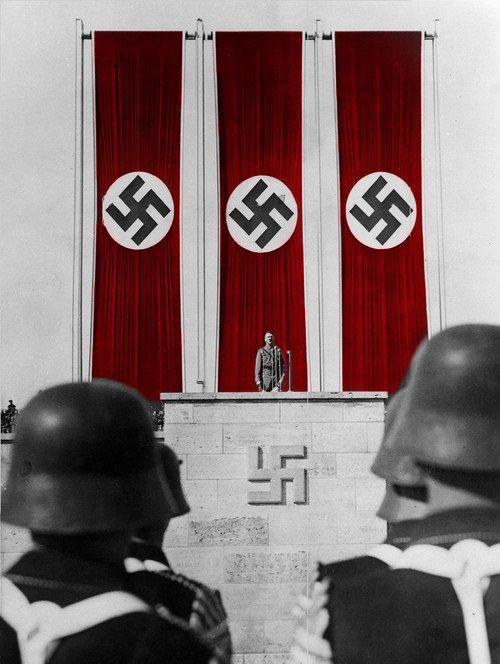 En todas las ocasiones en que Hitler se presentaba en público (siempre acompañado por sus guardias particulares) se podían ver esvásticas de gran tamaño, siempre en un fondo rojo.