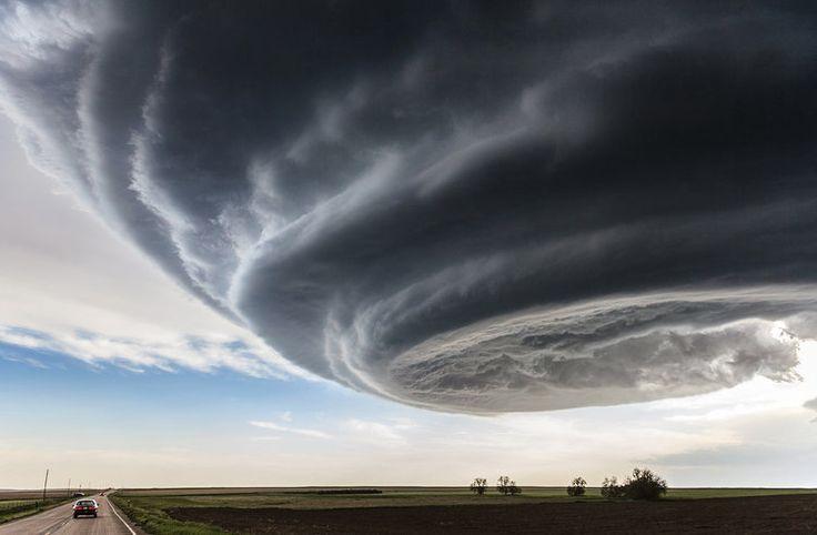 """Marko Korošec, magnifique cliché, pris à l'approche d'une tempête à Julesburg, Colorado EU, le 28 mai 2013. Ce chasseur de tornades dans la Tornado Alley qui a intitulé sa photo """"Independance Day"""", en référence au film catastrophe de science-fiction."""