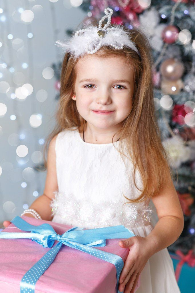 Christmas photoshoot, girl with a present семейный ФОТОГРАФ Санкт Петербург