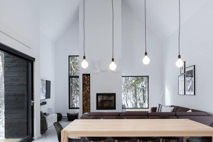 La Villa Boréale est une charmante résidence touristique localisée dans la région de Charlevoix, au Québec. De nature comtemporaine, elle s'harmonise de belle façon avec la végétation omniprésente du site. Une très belle réalisation de la firme CARGO Architecture. Crédit photo: 1Px Photographie
