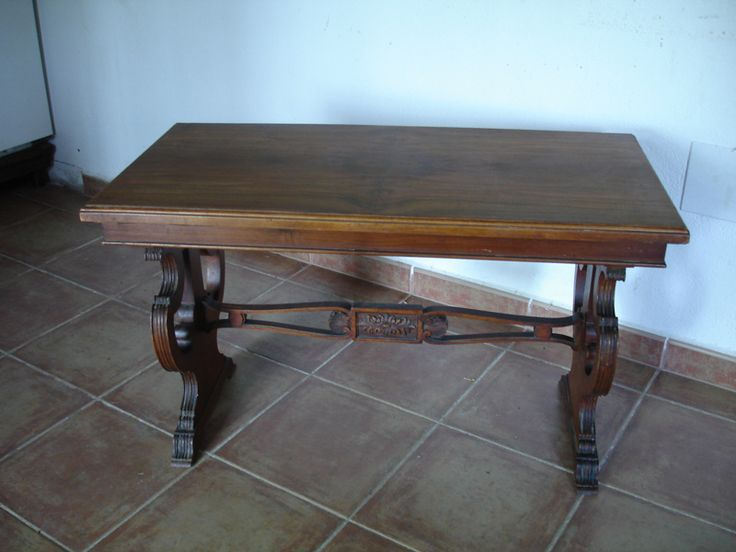 Mesa de escritorio reconstruida con barandillas interiores de madera.
