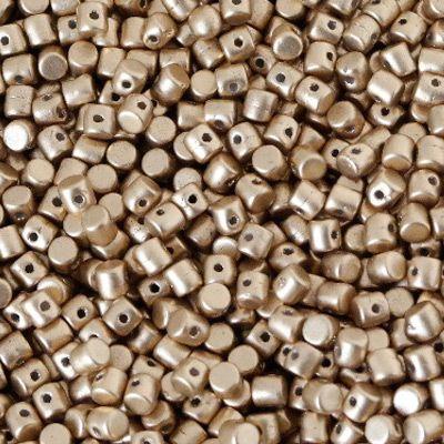 Finalmente sono arrivate in casa Puca le attesissime e originalissime perline Minos, prodotte in Repubblica Ceca in vetro pressato di ottima qualità! Per creare gioielli innovativi e sorprendenti non possono mancare nella vostra collezione queste meravigliose perline dalla simpatica forma cilindrica ad un solo foro che si sposeranno perfettamente con le forme delle mezzelune Arcos, sempre by Puca,