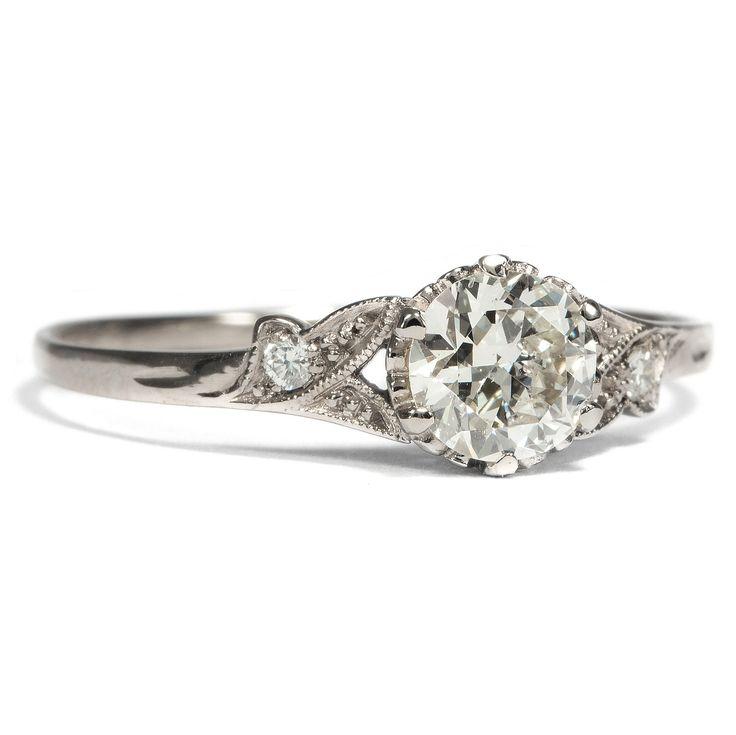 Herzenssache in Weißgold - Aus unserer Werkstatt: Ein feiner Weißgold-Ring mit 0,55 ct Altschliff-Diamant von Hofer Antikschmuck aus Berlin // #hoferantikschmuck #antik #schmuck #antique #jewellery #jewelry #engagementring #engagement #ring #verlobung #verlobungsring #diamantring // www.hofer-antikschmuck.de