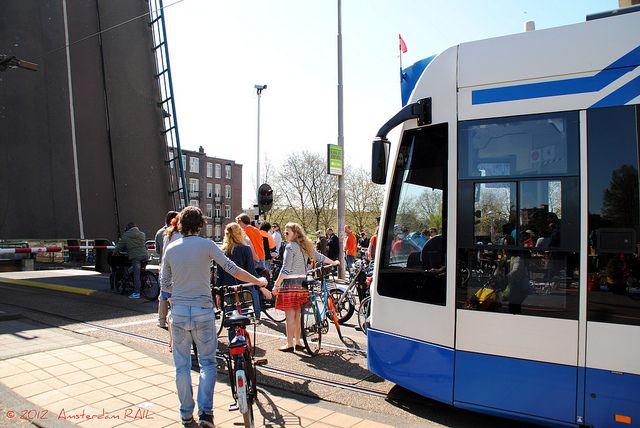 Amsterdam'da köprü açılmış ve altından tekne geçerken insanlar sabırsızca bekleşiyor. #amsterdam #istanbul #hollanda #turkiye #seyahat #gezi #tatil #köprü #açık #gracht #degracht #oud-west #avrupa #yaşam #göçmenlik #bisiklet #insanlar #tramvay #beklemek #ulaşım