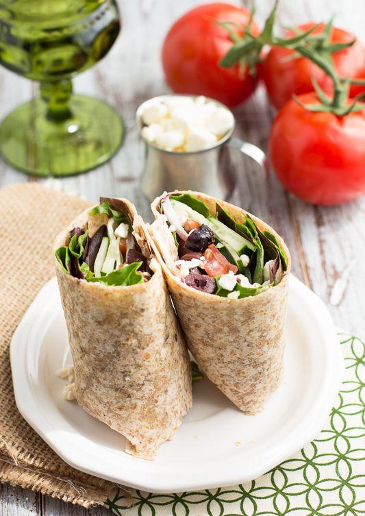 Wrap on the go. Pranzo al sacco! Preparazione: 5 minuti. Ingredienti: impacco di gran pita, lattuga o verdure miste, cocomeri, cipolla rossa, pomodoro, olive, formaggio feta e dressing adizionale.