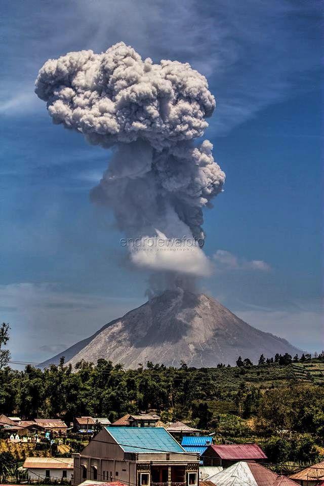Sinabung  - éruption du 20.07.2017 / 11h16 - photo Endro Lewa