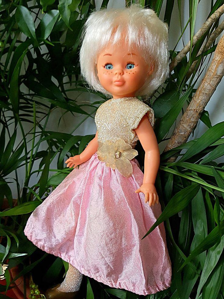 Nancy ochentera pelo blanco con vestido ochentero