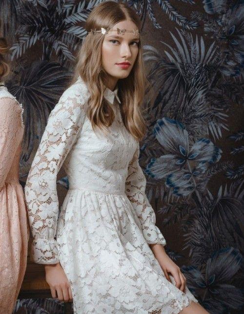Niezwykle efektowna i ponadczasowa Sukienka z koronki to kwintesencja dobrego stylu i smaku Kobiecy, uniwersalny fason świetnie ubiera sylwetkę Oryginalnie dodana rypsa dodaje jej uroku Projekt na podszewce, zapinany na zamek