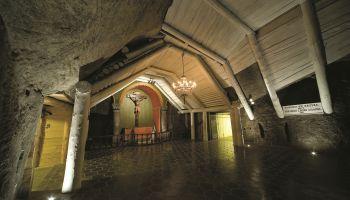 """Kopalnia Soli """"Wieliczka"""" to jeden z najcenniejszych zabytków kultury materialnej na ziemiach polskich, rocznie odwiedzany przez ponad milion turystów z całego świata."""