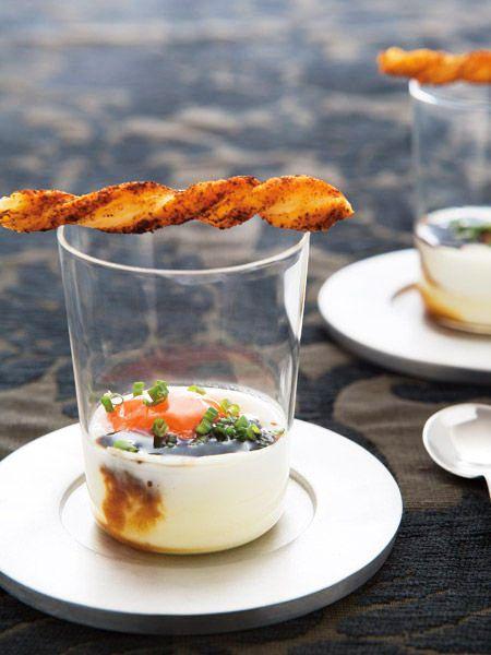 とろっとした半熟の黄身に生クリームのコクが加わり贅沢な一品に。バルサミコ酢が味のポイント 『ELLE a table』はおしゃれで簡単なレシピが満載!