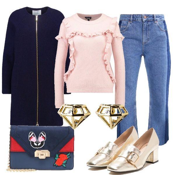Una combinazione stilosa per tutti i giorni. Pullover rosa con ruches, jeans 7/8, cappotto navy, tracolla color block, loafers oro e orecchini a forma di diamante.