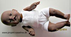Baby born opskrifter 43 cm. strikket undertøj til drenge dukken. i hvidt tyndt garn.