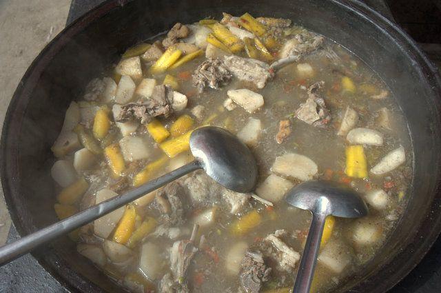 ウィグル名物「羊肉煮込みスープ」 バザールの簡易食堂などで人々が好んで食べている、ウィグル名物のスープです。 このスープの作り方はきわめて簡単で、大きな鉄鍋に新鮮な羊肉の骨つきのぶつ 切りとニンジン、ジャガイモを加えてじっくり煮込み、シンプルに塩だけで味付けし ただけの料理です。 このスープを注文すると丼でだされるので、人々はナンを小さくちぎってスープに 浸しながら食べるのですが、それは西洋風のシチューとパンの食べ方とそう変わ りないといえます。 羊の脂がぎっとりと浮いたスープと柔らかく煮込まれた肉塊は、主食のナンとの 相性もよいので、昼時のバザールでは多くの人たちがこの料理を注文しています。 ラム スロークッカー