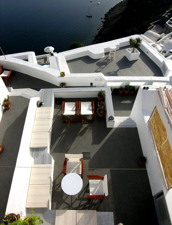 The absolute view, combined to the especial aesthetics with respect to the local architecture, create an ultimate living experience in fully organized apartments. Santorini
