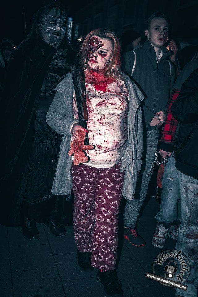 Vom Bett auf die Straße - Vorsicht Zombie. Ein paar schaurige Kostüm und Makeup Ideen für Halloween oder Karneval gefällig? Willkommen in der Grusel Abteilung. Einige der besten Horror Kostüme und Makeups findet ihr auf der Website :) #zombie #horrormakeup #karneval #halloween #halloweencostume #halloweenmakeup #karnevalskostüm