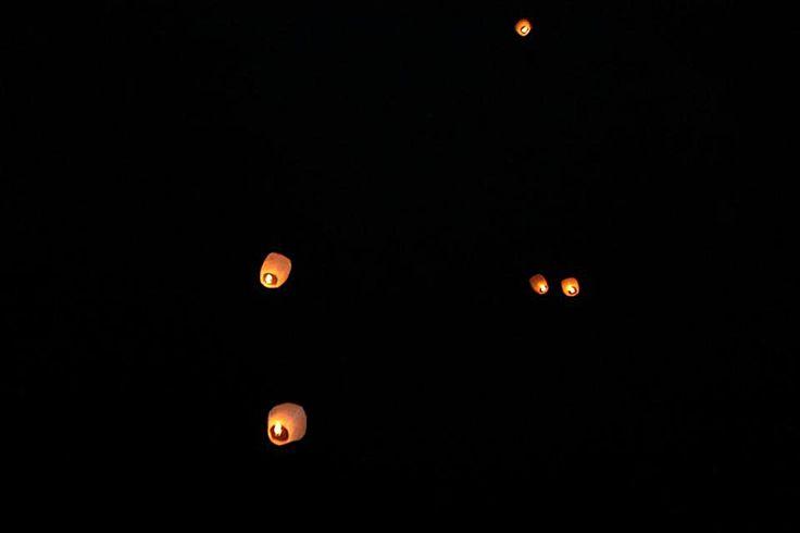 Thai flying lanterns    Original ideas for wedding in Apulian masseria in Valle d'Itria among trulli.    #wedding #ideas #lanterns #country #trulli #masserie #Apulia #Puglia