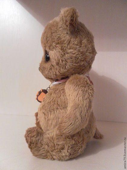 Купить или заказать Пузишко большой в интернет-магазине на Ярмарке Мастеров. Повторы не исполняю. Аналог моих мишуток, только немного больше - в полный рост мишка 18 см. Очень крепко сшит и плотно набит. Тяжелый, стоит уверенно, как и положено настоящему медведю. В лапках и пузе металлический гранулят. Есть и хвостик. Носик вышит и залакирован. Пончик 'испекла' Кариночка Бойко. Больше фото в моем личном Блоге.…