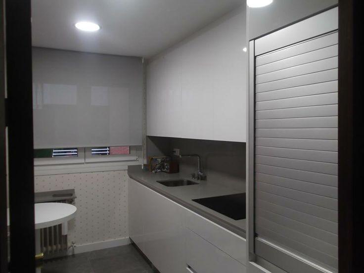 Persiana de aluminio en una cocina de Valdecantos, Logroño, Muy útil para lugares estrechos al prescindir de puerta. #cocinas #muebles