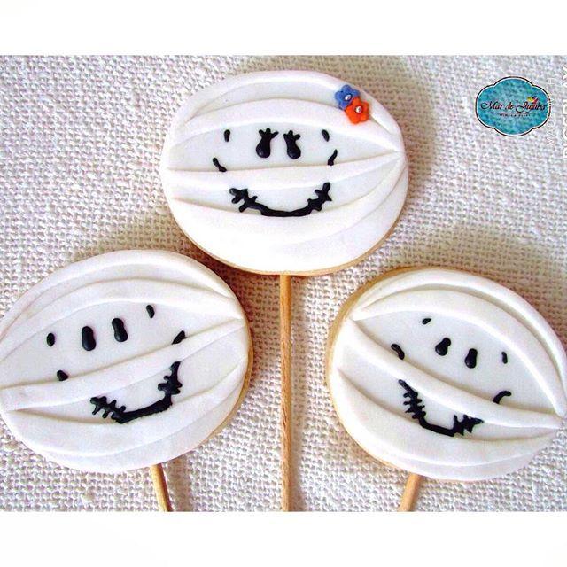 """Aqui no #mardejujuba já é Halloween!! 👻👻 Vai fazer festa de #DiadasBruxas ? A dica dos #biscoitosdecorados é imbatível, além de serem gostosos, são uma decoração linda! Essas são nossas múmias, lindamente deliciosas!! Eu chamo a foto de 🌺"""" Múmia Dona Flor e seus 2 maridos"""" 😂🙈 - Encomende já os seus!! 👻🍭 #biscoitosnopalito #halloween #october #31 #scary #spooky #costume #ghostface #candy #blackandwhite #mummy #creepy #trickortreat #trick #treat #instagood #party #holiday #celebrate…"""