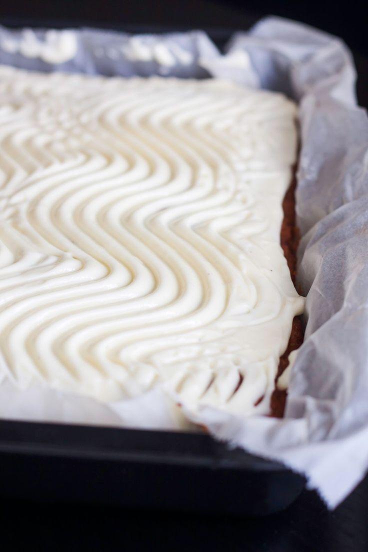 Denabsolutte den lækreste og krydderet gulerodskage jeg har smagt til dags dato, med blød ostecreme på toppen. Det her er en af de kager...