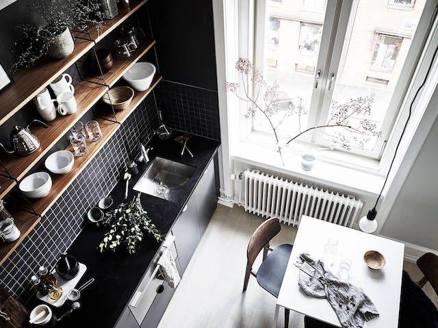 Aujourd'hui nous partons visiter un studio de 30m2, il a été aménagé de sorte de pouvoir profiter de la hauteur sous plafond afin de créer un espace pour la salle de bain et pour la chambre. La chambre se trouve donc en mezzanine au dessus de la salle de bain et on y accède par une échelle. L'espace cuisine est délimité par la couleur noir. C'est vraiment une belle idée de rénovation pour créer plus d'espace, de pièces dans un petit studio, non? En plus, l'appartement est tellement cosy…on a…