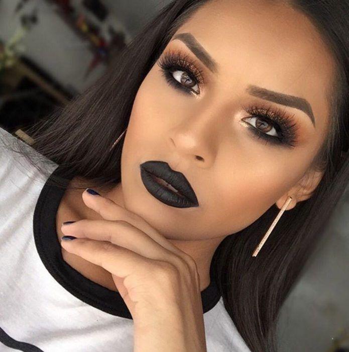 Chica morena con los labios de color negro