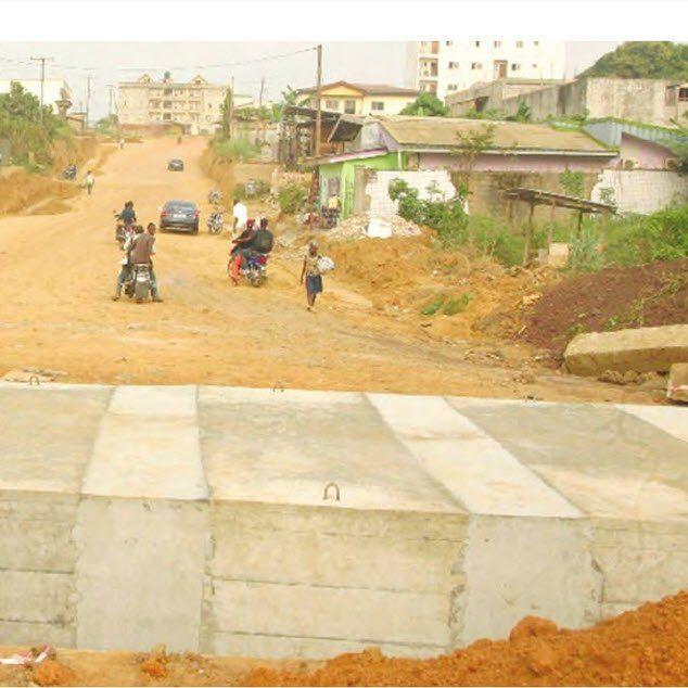 Les travaux de réhabilitation de l?axe routier ont débuté, au grand bonheur des populations.  Douala V sort progressivement de son enclavemen