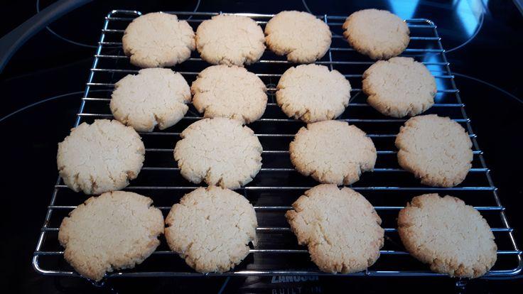 Zelfgemaakt Citroenkoekjes: 80 gr. plantenmargarine (gesmolten) 150 gr. amandelmeel 50 gr. geraspte kokos 10 gr. zoetstof poeder Sap van 1/4 citroen 1 t.l. citroenrasp Oven voorverwarmen op 175 graden Gesmotlen boter toevoegen aan de andere, door elkaar gemengde, ingredienten en kneden tot een bal.  Kleine bolletjes maken en platdrukken op een ingevette bakplaat. Ongeveer 15 minuten in de oven tot ze goudbruin zijn en heerlijk ruiken.
