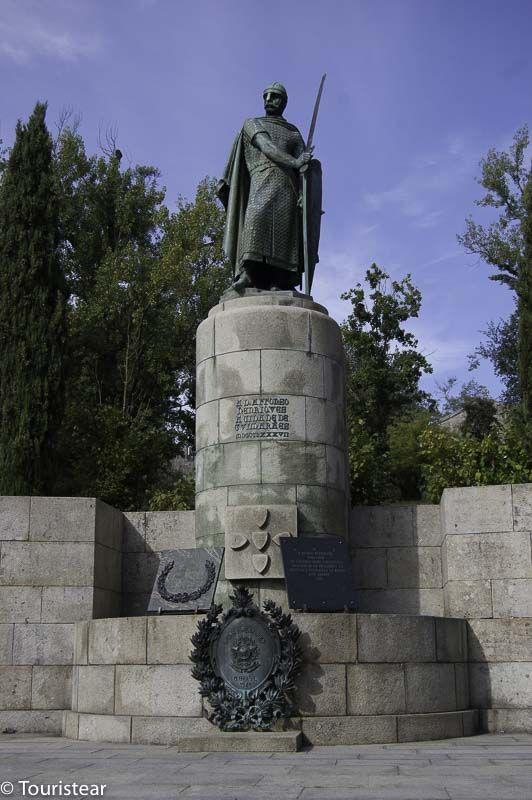Estátua D. Afonso Henriques - Guimaraes - Fique a conhecer as tradições populares de Trás-os-Montes-e-Alto-Douro em: www.asenhoradomonte.com