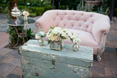 Prachtige brocante artikelen die een mooie uitstraling geven! De leuke roze bank maakt het helemaal af.