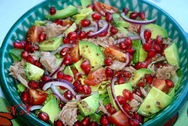 Еще больше рецептов здесь https://plus.google.com/116534260894270112373/posts Салат с тунцом,авокадо и гранатом Ингредиенты: авокадо-2 маленьких или 1 большой гранат-1 шт тунец-1 баночка(у меня 110 гр) лук красный-1 шт листья хрустящего салата помидорки черри-10 штук заправка: оливковое масло лимонный сок или винный уксус зернистая горчица,можно использовать обычную,но не острую черный молотый перец,соль Приготовление: 1.Листья порвать или порезать 2.Уложить на дно салатницы или блюда 3.Лук…
