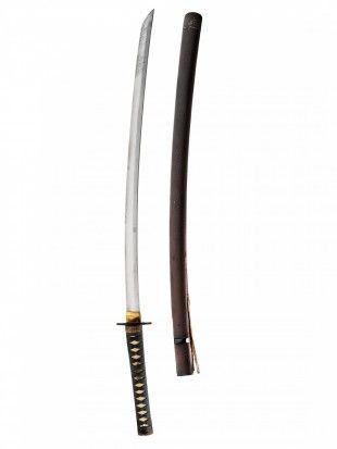 117 Katana Japan Gefaltet, gehärtet, poliert. Stahl. L 101,5 cm.   Provenienz: Carlo Monzino (1931-1996), Castagnola.  Klinge: ohne Gravur. Scheide: abstraktes Motiv. Hat einen Riss.  - O-Kissaki (lange Klingenspitze): Fukura-Tsuku. - Hamon (Härtelinie): Choji-Hamon. - Tsukurikomi (Querschnitt): Shinogi-Zukuri. - Hada (Oberflächenstruktur): teils ersichtlich. - Mune (Klingenrücken): Iori-Mune.