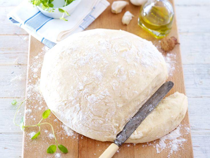 Pizzateig mit nur 4 Zutaten! Unser Rezept ist nicht nur total einfach, Ihre Pizza schmeckt damit genauso knusprig wie beim Italiener. Lecker!