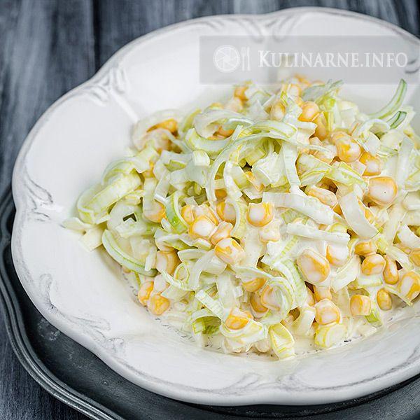Sałatka z pora doskonale nadaje się do mięsa, w szczególności do drobiu. Intensywny smak pora przełamany jest słodyczą kukurydzy.  Składniki (2 porcje)    1 por 100 g kukurydzy konserwowej 3 łyżki jogurtu naturalnego 1 łyżka majonezu szczypta soli    Wykonanie Pora dokładnie myjemy i przecinamy wzdłuż. Białą część aż do liści kroimy w cienkie półplasterki. Przekładamy do miseczki, dodajemy kukurydzę. Jogurt mieszamy z majonezem i dodajemy do warzyw. Wszystko razem mieszamy i doprawiamy solą…
