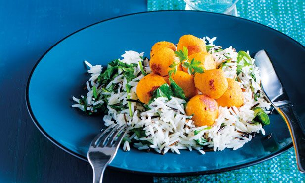 Se gosta de almoços práticos, experimente estas almôndegas de cenoura com arroz selvagem. Uma refeição ideal para transportar na marmita.