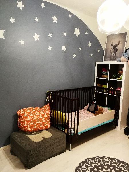 Lastenhuoneen maalattu tähtitaivas. Sävyt: Nukkumatti ja Paperi (Tikkurila) painted kids room star wall