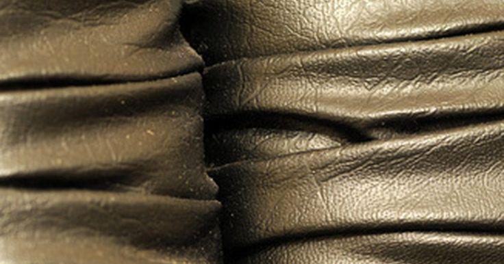 Como limpar um couro sintético. Se você está procurando uma alternativa barata para o couro legítimo, considere couro sintético. Além de durável, ele é muito mais fácil de limpar. O couro legítimo exige produtos especiais e métodos de limpeza específicos. Porém, você pode limpar o sintético com produtos que já possui em sua despensa.
