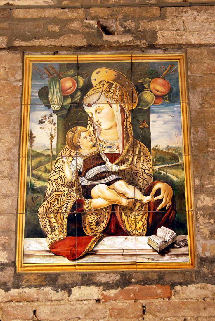Palazzo Pelagallo Madonna con bambino formelle in ceramica di autore contemporaneo #marcafermana #montevidoncombatte #fermo #marche
