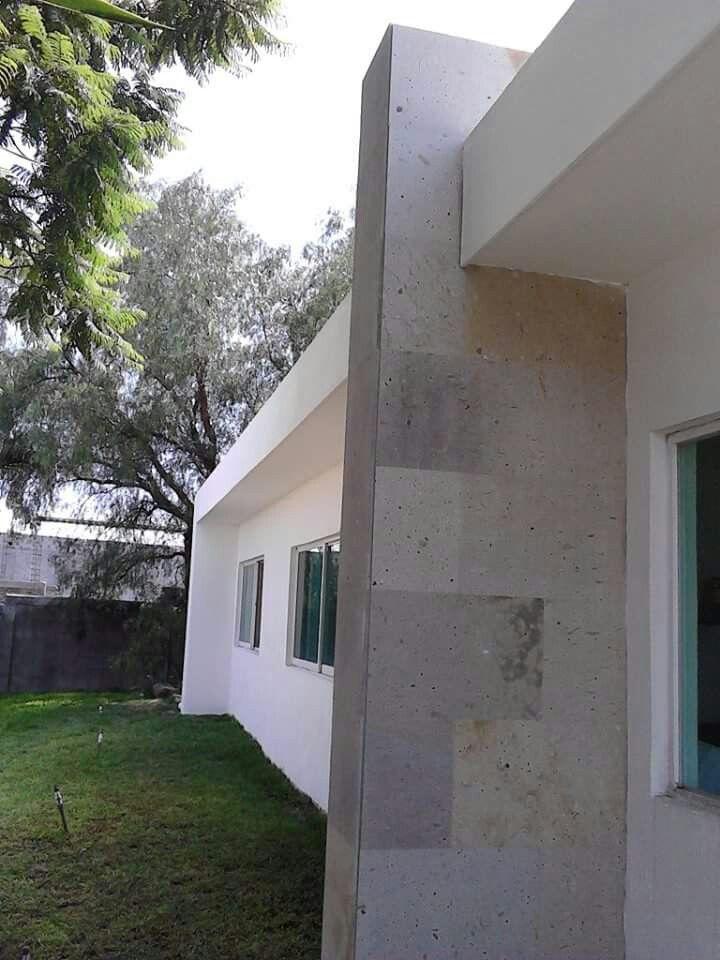 Fachada grapa con muro de cantera blanca huichapan urpa for Fachadas de casas con ventanas blancas