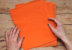 Para hacer flores de papel, corta las hojas de papel crepé en tamaño carta aprox. Pon 8 hojas de papel crepé juntas. https://happythought.co.uk/craft/tutorials/instructivo-para-hacer-flores-de-papel-mexicanas