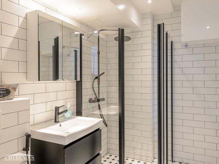 Kylpyhuone on raikkaan mustavalkoinen. Hangon Majakka