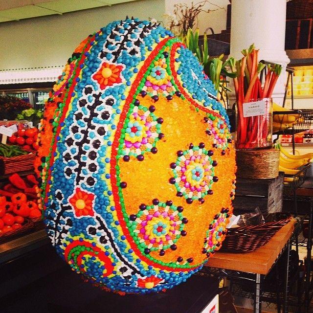 L'uovo di Pasqua fatto di caramelle da dean & deluca;-0 …. Gnam !!!
